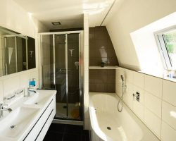 strandhaus-scado-lausitzer-seenland-resort-badezimmer-01-ec