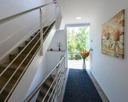 strandhaus-scado-lausitzer-seenland-resort-treppenaufgang-01-9c